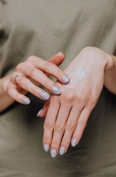 stosowanie balsamu do dłoni zapobiega ich wysuszeniu i spękaniu skóry